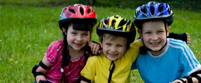 children-rollerblades-helmets_d9bgej